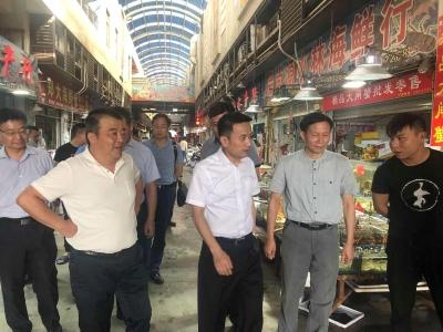 陆志坚副市长检查节前市场供应工作